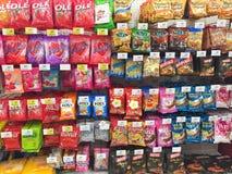 CHIANG RAI, TAILÂNDIA - 28 DE OUTUBRO: vário tipo dos doces em p Imagem de Stock