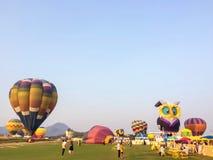 Chiang Rai, Tail?ndia - 14 de fevereiro de 2016: Curso de muitos povos no parque Chiang Rai International Balloon Fiesta de Singh fotos de stock royalty free