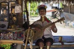 CHIANG RAI, TAILÂNDIA - 4 DE NOVEMBRO DE 2017: Canto longo não identificado da mulher do tribo do monte de Karen do pescoço Imagens de Stock Royalty Free