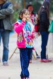 CHIANG RAI, TAILANDIA - 13 DE ENERO: Eati asiático no identificado de la muchacha Imágenes de archivo libres de regalías