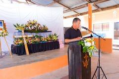 CHIANG RAI, TAILANDIA - 2 DE MARZO: Biblia no identificada de la lectura del hombre Fotografía de archivo