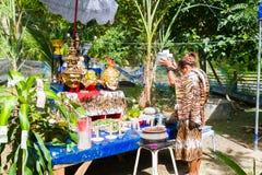 CHIANG RAI, TAILANDIA - 1 DE SEPTIEMBRE: ermitaño no identificado en el tig Fotos de archivo libres de regalías