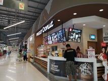 CHIANG RAI, TAILANDIA - 7 MARZO 2019: alimento d'acquisto del cliente asiatico non identificato in caffè di signor Donut nel gran fotografia stock