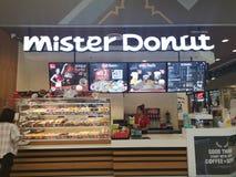 CHIANG RAI, TAILANDIA - 7 MARZO 2019: lavoratrice non identificata che prepara alimento in caffè di signor Donut nel grande magaz immagine stock libera da diritti