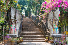 Chiang Rai, Tailandia - 1° marzo 2015: Wat Phra That Phukhao in Gol Immagini Stock Libere da Diritti