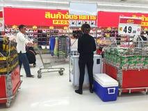 CHIANG RAI, TAILANDIA - 28 OTTOBRE: compera non identificata della gente Fotografia Stock