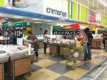 CHIANG RAI, TAILANDIA - 28 OTTOBRE: compera non identificata della gente Fotografie Stock