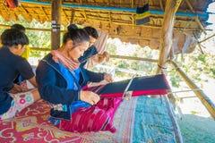 CHIANG RAI, THAÏLANDE - 1ER FÉVRIER 2018 : Famille non identifiée tissant le tissu thaïlandais traditionnel, en Chiang Mai Photos libres de droits