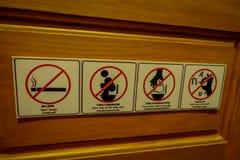 CHIANG RAI, THAÏLANDE - 1ER FÉVRIER 2018 : Le signe instructif de non laissé, fumant, ne font pas un pas sur la toilette se repos Image stock