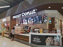 CHIANG RAI, THAÏLANDE - 7 MARS 2019 : travailleur non identifié préparant la nourriture en café de Monsieur Donut dans le magasin image libre de droits