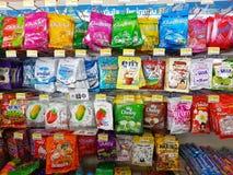 CHIANG RAI, THAÏLANDE - 25 NOVEMBRE : diverse marque de sucrerie dans la PA Image stock