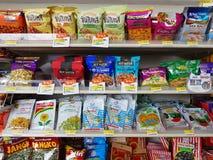 CHIANG RAI, THAÏLANDE - 25 NOVEMBRE : diverse marque des fruits secs Photo libre de droits