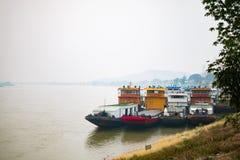 CHIANG RAI, THAIILAND - 27. MÄRZ: China-Frachtschiffdock auf Meko Lizenzfreie Stockfotografie