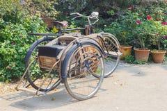 CHIANG RAI THAILAND - APRIL 25: klassisk person som drar en skottkärraTricycle bicyc Arkivfoto
