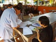 CHIANG RAI THAILAND - DECEMBER 19: Oidentifierade asiatdoktorer Royaltyfria Bilder