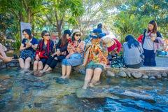CHIANG RAI THAILAND - FEBRUARI 01, 2018: Den utomhus- sikten av oidentifierat folk som tvättar sig och fotblötningen, onsen, turi Arkivbild