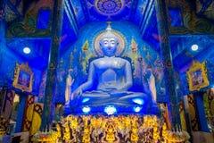 CHIANG RAI THAILAND - FEBRUARI 01, 2018: Härlig inomhus sikt av enormt buddha statysammanträde i bluewtemplet på Wat Arkivbilder