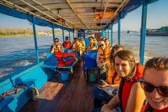 CHIANG RAI THAILAND - FEBRUARI 01, 2018: Härlig utomhus- sikt av den uidentified turisten inom av fartyget i ett fartyg Arkivfoton