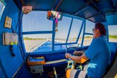 CHIANG RAI THAILAND - FEBRUARI 01, 2018: Härlig utomhus- sikt av kaptenen i kabinen som seglar ett fartyg i Fotografering för Bildbyråer