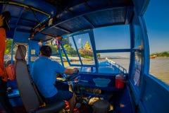 CHIANG RAI THAILAND - FEBRUARI 01, 2018: Härlig utomhus- sikt av kaptenen i kabinen som seglar ett fartyg i Royaltyfri Foto