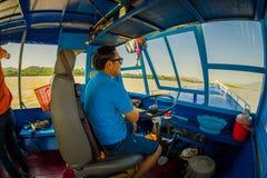 CHIANG RAI THAILAND - FEBRUARI 01, 2018: Härlig utomhus- sikt av kaptenen som seglar ett fartyg i vattnet av port på Royaltyfria Bilder