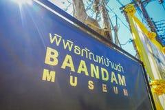 CHIANG RAI, THAILAND - FEBRUARI 01, 2018: Informatief teken over een metaalstructuur van Baandam-museum Zwart Huis Royalty-vrije Stock Foto