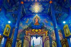 CHIANG RAI THAILAND - FEBRUARI 01, 2018: Inomhus sikt av templet på Wat Rong Suea Ten, med härliga färger och Royaltyfri Foto