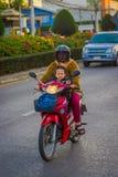 CHIANG RAI THAILAND - FEBRUARI 01, 2018: Oidentifierad kvinna med hennes son som använder ett hjälmskydd och rider a Fotografering för Bildbyråer