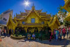 CHIANG RAI THAILAND - FEBRUARI 01, 2018: Oidentifierat folk omkring av det guld- huset på Wat Rong Khun i Chiang Rai Royaltyfri Foto