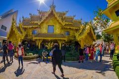 CHIANG RAI THAILAND - FEBRUARI 01, 2018: Oidentifierat folk omkring av det guld- huset på Wat Rong Khun i Chiang Rai Arkivbilder