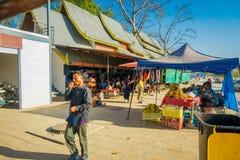 CHIANG RAI THAILAND - FEBRUARI 01, 2018: Oidentifierat folk som går i en gatamarknad på en ö av kusten av Arkivfoton