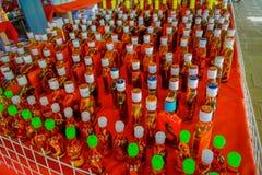 CHIANG RAI THAILAND - FEBRUARI 01, 2018 ovanför sikt av döda djur inom av whiskyflaskor, förberett vid lokaler på Royaltyfri Foto