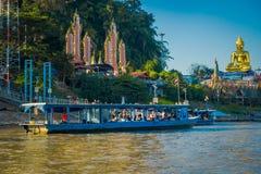 CHIANG RAI THAILAND - FEBRUARI 01, 2018: Ursnygg sikt av en grupp av turister som besöker i turist- fartyg det guld- Arkivbilder