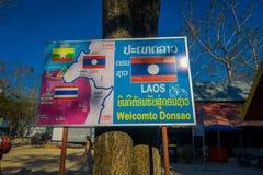 CHIANG RAI THAILAND - FEBRUARI 01, 2018: Utomhus- sikt av den informativa teckengatamarknaden som lokaliseras på en sida av Royaltyfri Bild