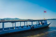 CHIANG RAI THAILAND - FEBRUARI 01, 2018: Utomhus- sikt av ett blått fartyg i porten på den guld- triangeln Laos Arkivfoton