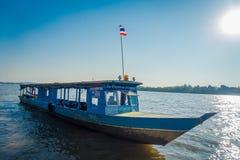 CHIANG RAI THAILAND - FEBRUARI 01, 2018: Utomhus- sikt av ett blått fartyg i porten på den guld- triangeln Laos Arkivbild