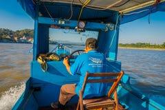 CHIANG RAI THAILAND - FEBRUARI 01, 2018: Utomhus- sikt av kaptenen i kabinen som seglar ett fartyg i vattnet av port Arkivfoton