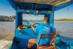CHIANG RAI THAILAND - FEBRUARI 01, 2018: Utomhus- sikt av kaptenen i kabinen som seglar ett fartyg i vattnet av port Arkivbilder