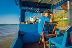 CHIANG RAI THAILAND - FEBRUARI 01, 2018: Utomhus- sikt av kaptenen i kabinen som seglar ett fartyg i vattnet av port Fotografering för Bildbyråer