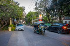 CHIANG RAI THAILAND - FEBRUARI 01, 2018: Utomhus- sikt av motorcykeln och några bilar som in parkeras i gatan i Chiang Mai Arkivbild