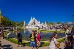 CHIANG RAI THAILAND - FEBRUARI 01, 2018: Utomhus- sikt av oidentifierat folk som går för att besöka det härliga utsmyckat royaltyfria bilder