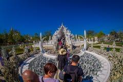 CHIANG RAI THAILAND - FEBRUARI 01, 2018: Utomhus- sikt av oidentifierat folk som går för att besöka det härliga utsmyckat royaltyfri bild
