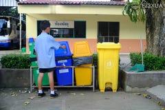 Chiang Rai, Thailand - 13. Juli 2018: Gesetzter Abfall in den Abfall, thailändisch stockfotos