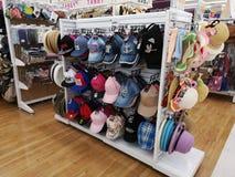 CHIANG RAI, THAILAND - MAART 4: de kappen en de hoed verkochten op vertoning in supermarkt op 4 Maart, 2019 in Chiang-rai, Thaila royalty-vrije stock afbeelding
