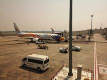 CHIANG RAI THAILAND - MARS 29: Nokair flygplanlandning på flygplatsen på mars 29, 2019 i Chiang Rai, Thailand royaltyfri bild