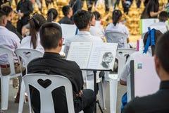 CHIANG RAI THAILAND-NOV18,2016: Folkmassor av sörjanden på vägrenen ar Arkivfoto