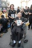 CHIANG RAI THAILAND-NOV18,2016: Folkmassor av sörjanden på vägrenen ar Arkivfoton