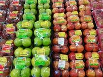 CHIANG RAI, THAILAND - 25. NOVEMBER: grüner und roter Apfel im packa Stockbilder