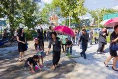 CHIANG RAI THAILAND - NOVEMBER 19: oidentifierat thailändskt folk fi Arkivbild
