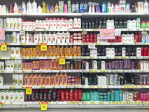 CHIANG RAI, THAILAND - OKTOBER 28: divers merk van shampoo bot Stock Afbeeldingen